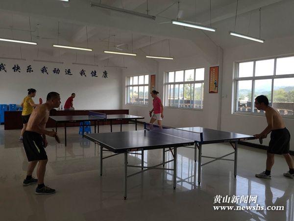歙县:渔梁社区文体活动室兴起乒乓球热
