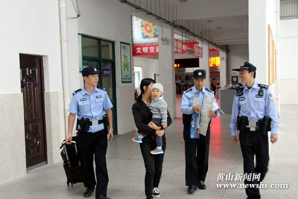 (组图)甘棠派出所:执勤巡逻进车站 禁毒知识带回家