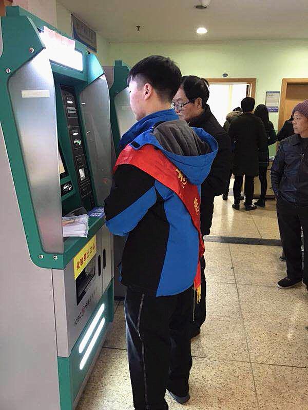 安徽黄山:阳春三月学雷锋 志愿服务在医院