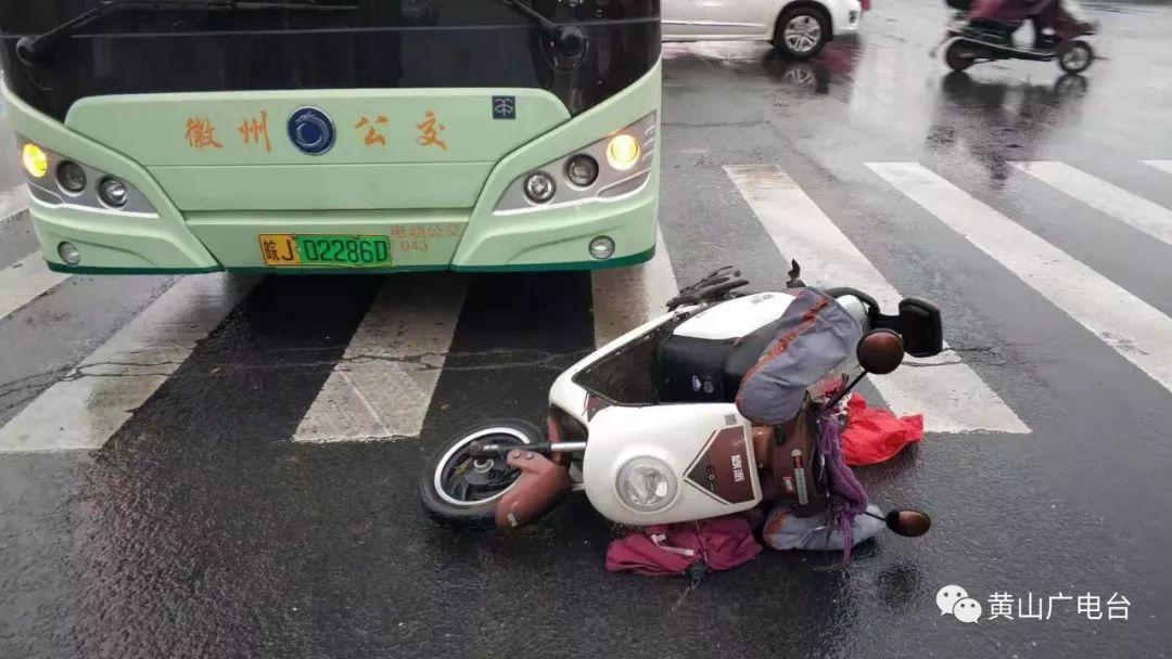 昨天上午,徽州区一电瓶车与公交车相撞!