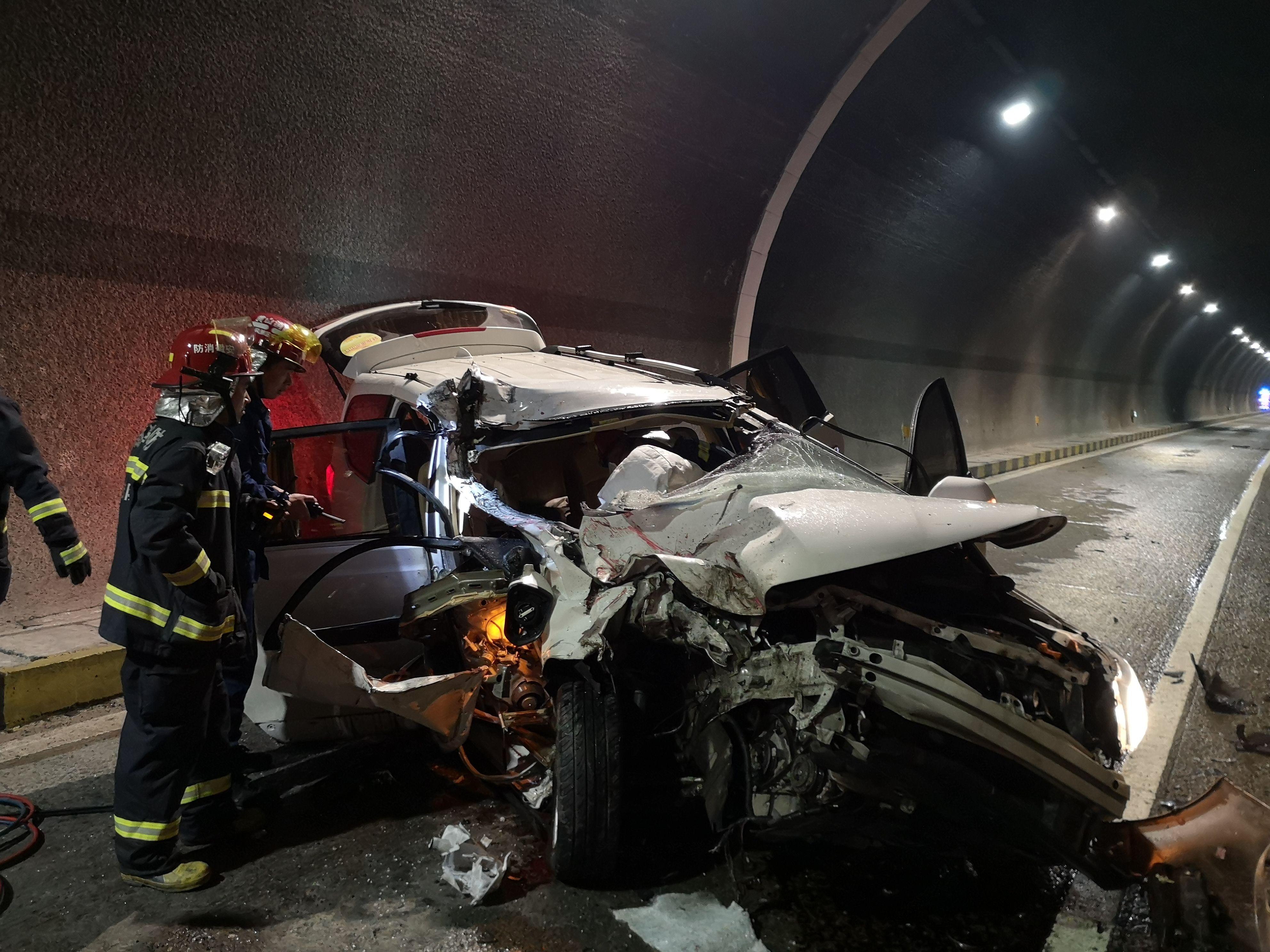 一死六伤,面包车追尾大货车,事发大堆尖隧道!