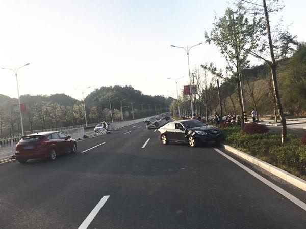 徽州区:驾驶员操作不当冲破隔离栏 导致对向车辆被撞侧翻