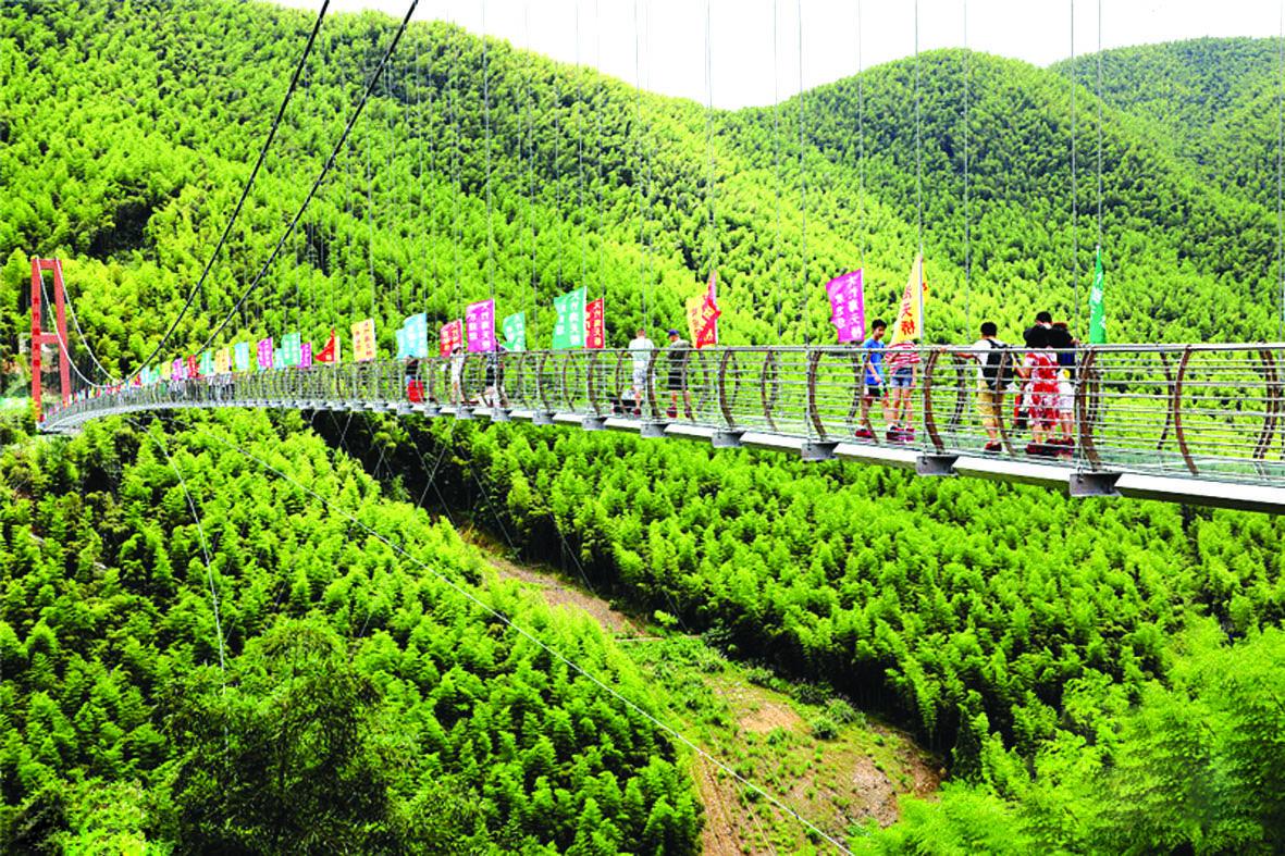 中国最长的竹海玻璃天桥试营业