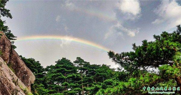 """黄山上空""""太阳雨""""中现彩虹"""
