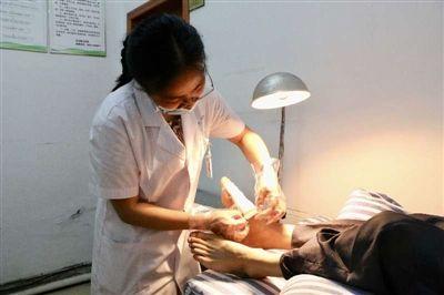 屯溪區全科醫生為群眾提供便利醫療服務