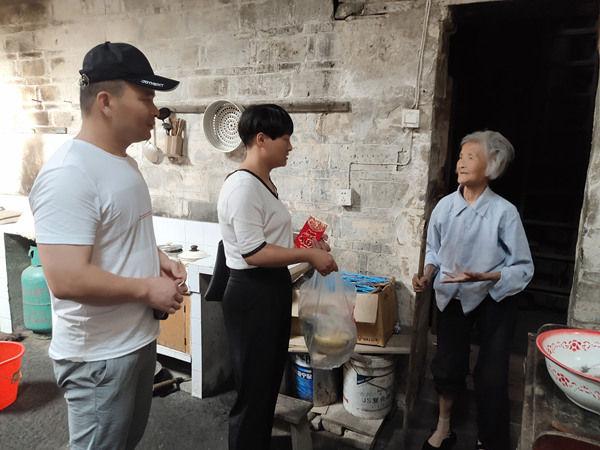 祁门县东街社区为困难老人送保险